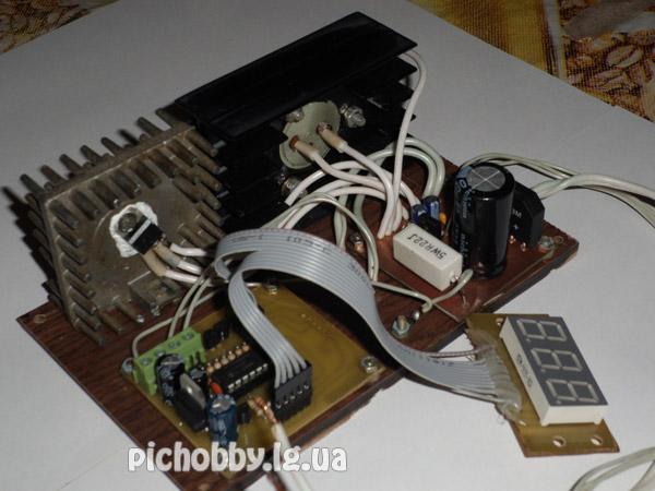 Две платы и радиаторы на основании из ламината