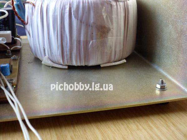 Снизу трансформатора приклеен двухсторонний скотч