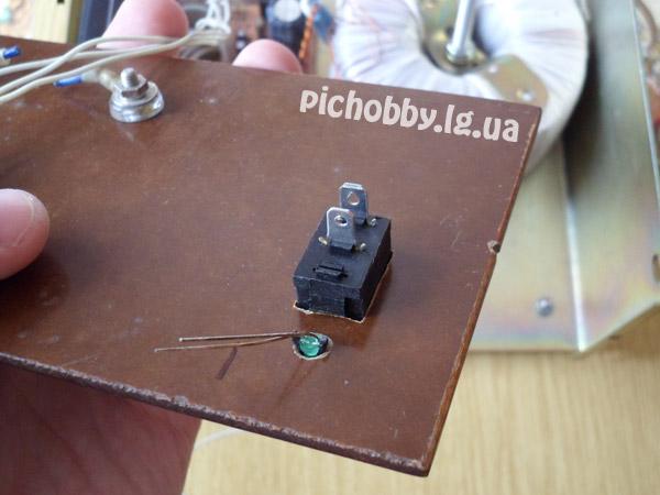Крепление сетевого выключателя и светодиода