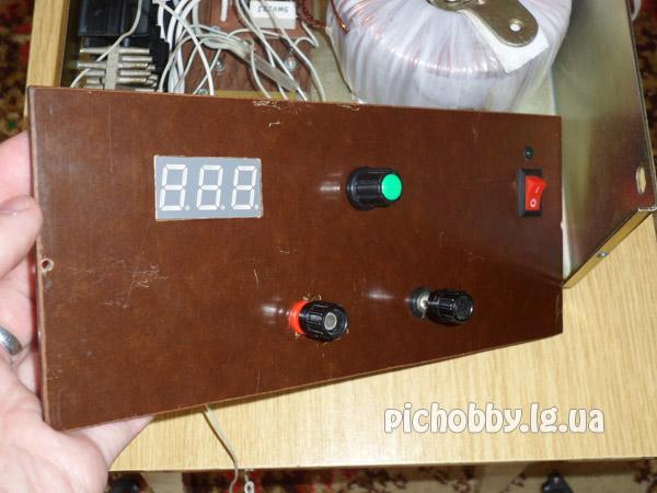 Внешний вид передней панели лабораторного блока питания